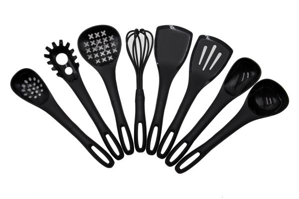 8-tlg. schwarzes Küchenhelfer Set aus Silikon, enthalten sind: Schaumlöffel, Suppenkelle, Servierlöffel, Löffelsieb, Spaghettilöffel, Pfannenwender, Pfannenwender geschlitzt und einen Schneebesen