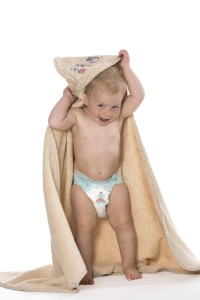 Kuscheliges Kapuzenhandtuch für Babys und Kleinkinder aus 100% Baumwolle, Größe ca. 100x100 cm, verfügbar in 4 verschiedenen Farben (apfelgrün, hellblau, rosa und karamel), Serie Capo