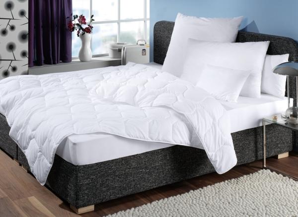 Steppdecke/Bettdecke aus 100% Polyester, vergügbar in zwei verschiedenen Größen: ca. 135x200 cm und ca. 155x220 cm, Farbe weiß, Serie Microlight